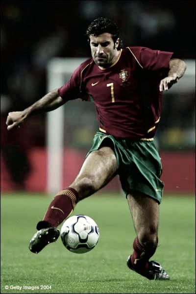 Luis Figo controla el esférico en un partido con Portugal | Foto: UEFA