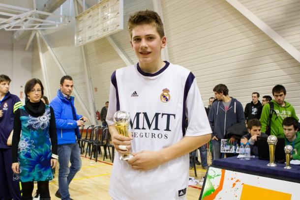 Luka Doncic posa con el MVP de la Minicopa | Foto: www.realmadrid.com