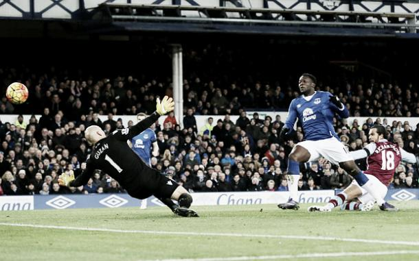 Romelu Lukaku scores his second and Everton's fourth in the reverse fixture in October. | Image: Telegraph