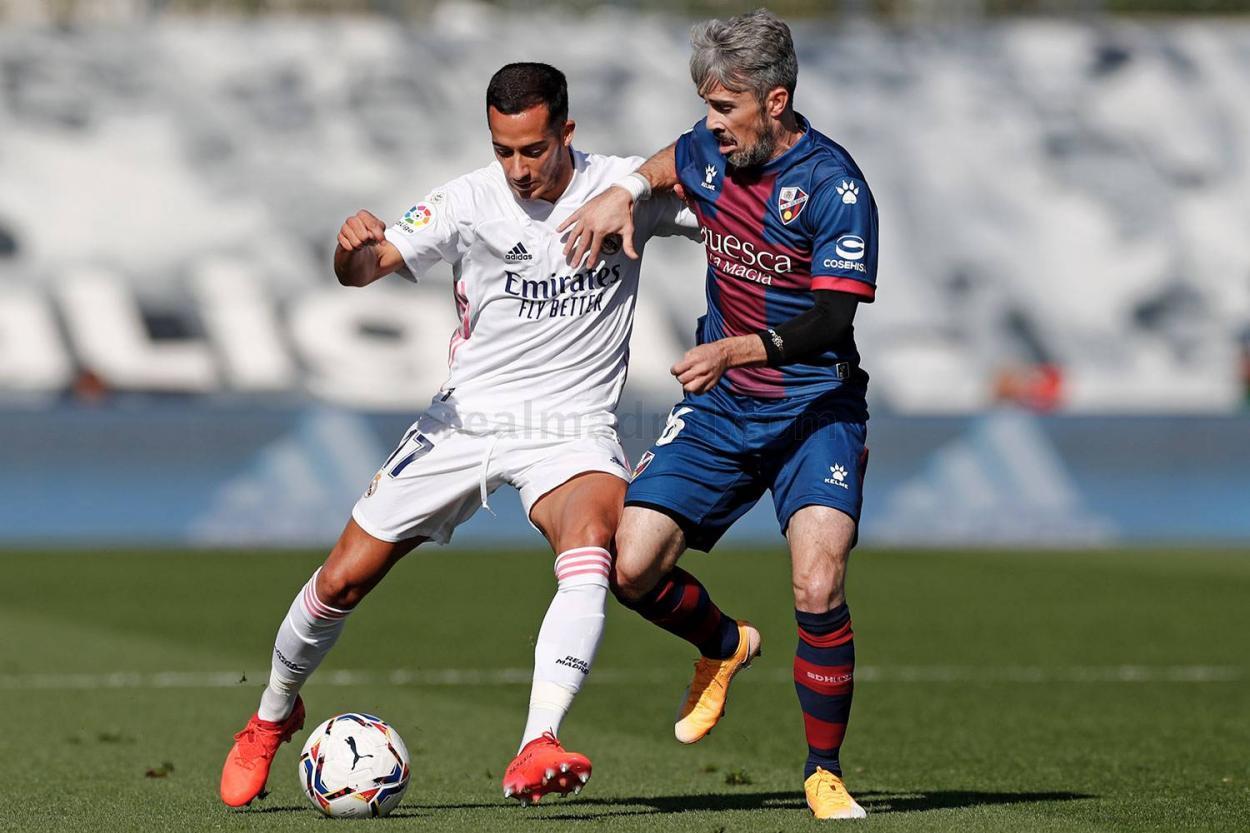 Lucas y Luisinho pugnan en el último partido de los blancos en Liga. Fuente: Real Madrid