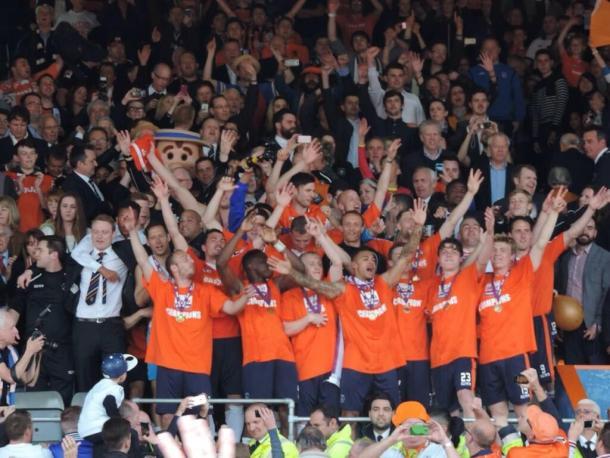 El Luton Town celebra el ascenso a League Two, donde juega desde la temporada 2014-2015   Foto: Luton Town