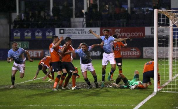 El Blackpool, en el momento en que marca el gol que le da el pase a la final del play-off en el tiempo de descuento | Foto: Luton Town