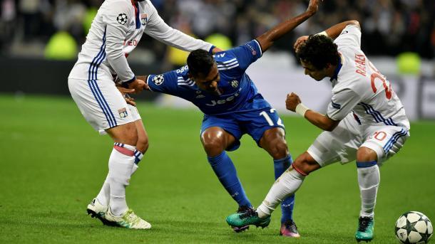 Alex Sandro braccato in mezzo a due nella gara d'andata. Stasera dovrebbe partire dalla panchina. | Fonte immagine: Goal UK
