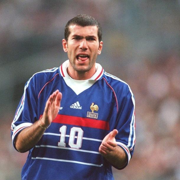 Zinedine Zidane con la elástica francesa   Fuente: FIFA