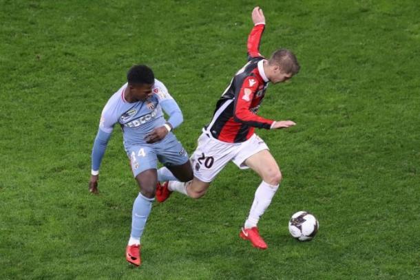 Un jugador del Mónaco y otro del Niza luchan por la pelota / Fuente: Niza