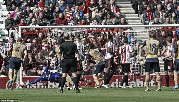 Above: Vito Mannone saves from Alexis Sanchez's free-kick in Sunderland's 0-0 draw with Arsenal | Photo: Ian Hodgson