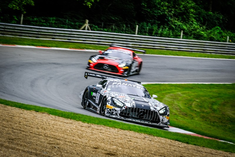 Ezequiel Companc yendo al podio en brands hatch: Foto GT WORLD