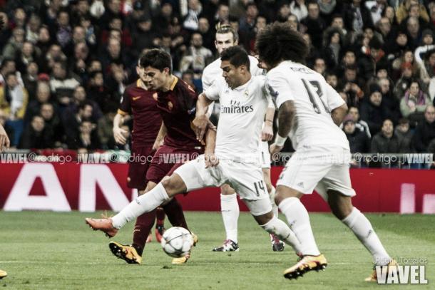 Perotti y Casemiro pugnan por el balón durante un partido en el Bernabéu/ Foto: Vavel