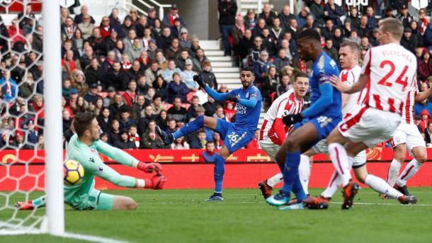 Mahrez anotando el gol que ponía al Leicester por delante. Foto: premierleague