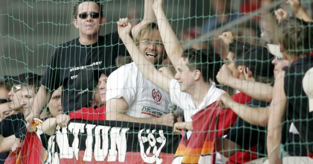 Klopp celebrates his success with the Mainz fans. (Picture: www.teamtalk.com)