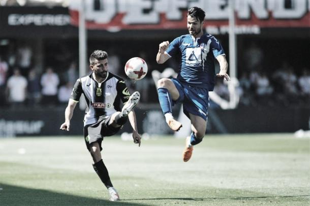 Disputando un balón | Fotografía: FC Cartagena
