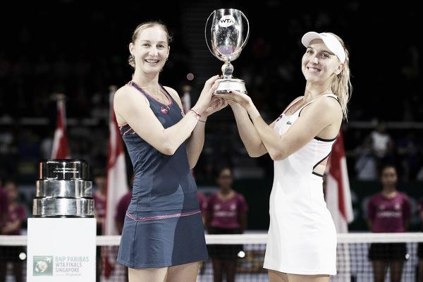 Makarova y Vesnina posan con trofeo de campeonas en Singapur el año pasado. Foto: zimbio.com