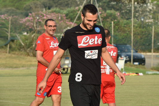 Un sorridente Maksimovic, dopo uno scambio di opinioni con Sarri, sullo sfondo - Foto: Ssc Napoli