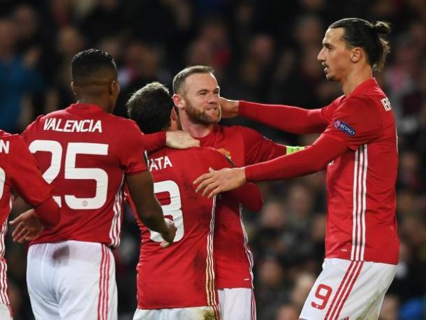 Los futbolistas del United felicitan a Rooney por su gol. Foto: Reuters