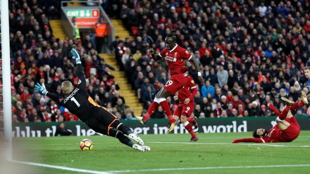 El árbitro anula un gol a Sadio Mané. Foto: premierleague