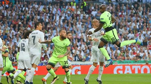 A luta foi intensa, mas o Real foi sempre a melhor equipa // Foto: mcfc.co.uk