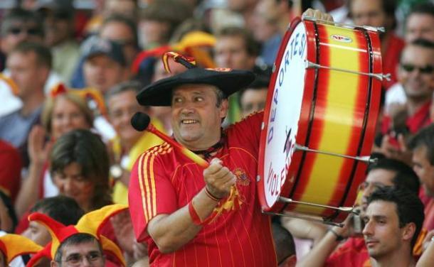 Manolo Cáceres con su bombo en un partido de la Selección Española. Foto: EFE