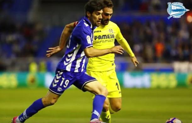 Manu García y Adrián López, disputando un balón en el partido Alavés vs Villarreal CF, de la temporada pasada. Fuente: deportivoalaves.com