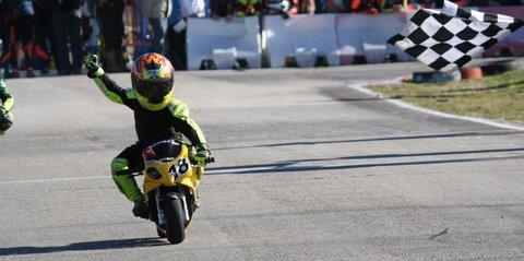 Ganador de la carrera en el Campeonato de Minibike de Madrid, año 2010. Foto: Red Bull Rookies Cup.