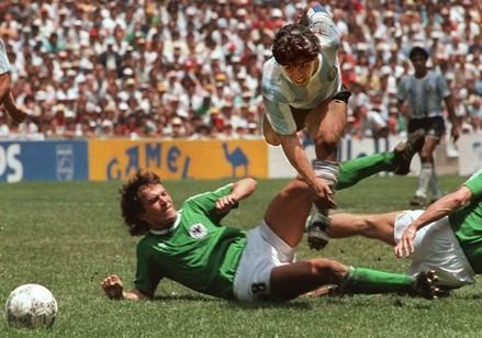 Matthäus não dava descanso à Maradona (Foto: Getty Images)