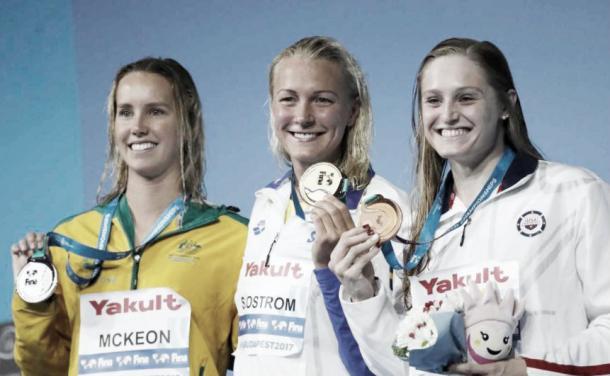 Sarah Sjöström junto a Mckeon y Kelsi Worrell en el podio / Foto: Marca