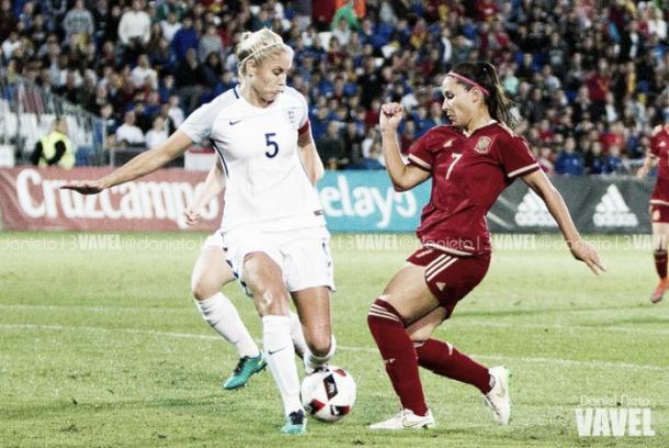 Mari Paz Vilas lucha el balón contra una rival inglesa en un partido España - Inglaterra | Foto: VAVEL