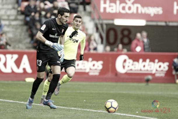 Diego Mariño tratando de enviar un balón | Fotografía: La Liga