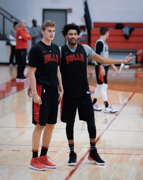 Lauri Markannen y Otto Porter Jr. conversan durante un entrenamiento | Foto: Bulls.com