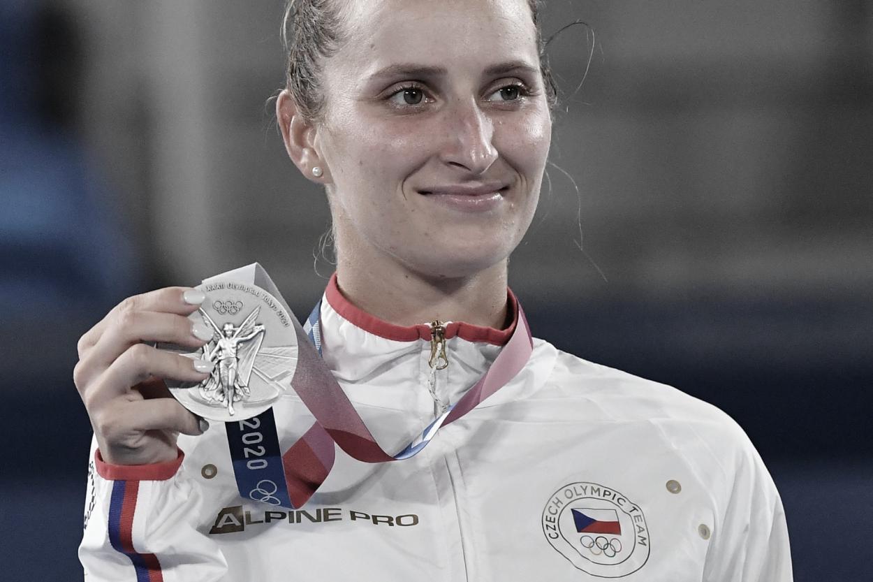   Vondrousova com sua medalha de prata no pódio olímpico (Foto: Divulgação/WTA)  