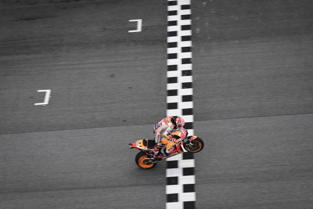 Márquez cruzando la línea de meta del GP de Malasia. | Fuente: MotoGP