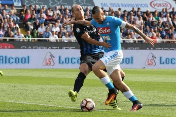 La lotta tra Masiello, difensore dell'Atalanta, e Marek Hamsik, capitano del Napoli - Foto CalcioWeb