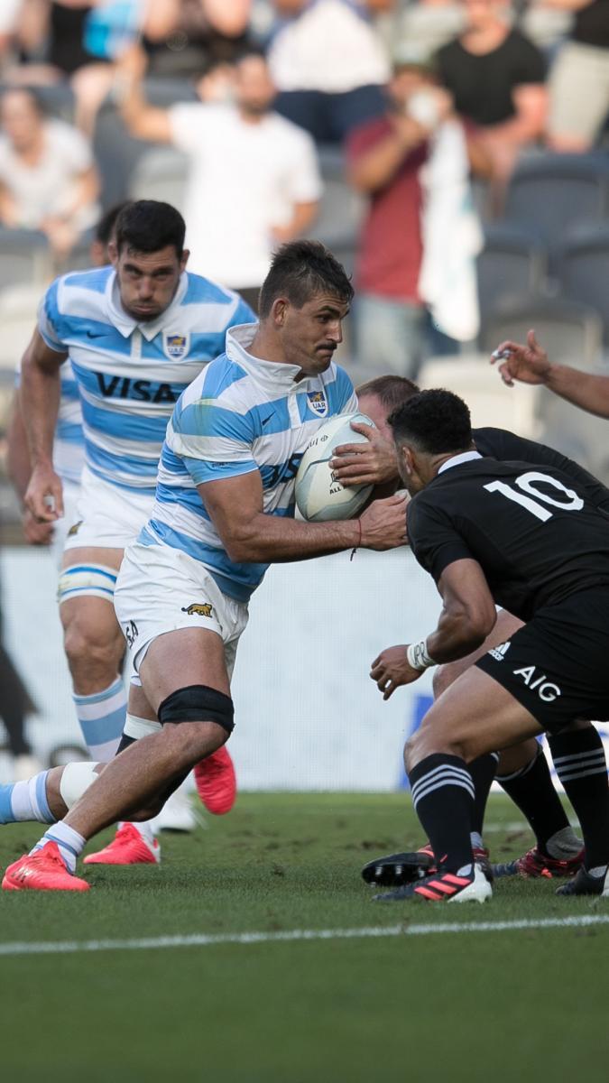 Pablo Matera buscando el roce ante la defensa maorí