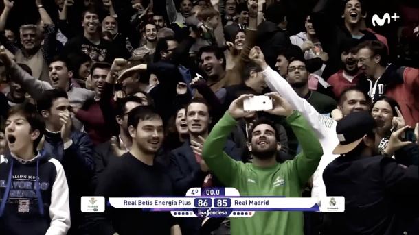 La grada celebrando la victoria contra el Real Madrid esta temporada (Imagen Movistar Plus)