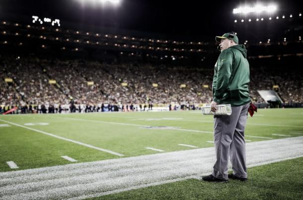 Mike McCarthy observa grande atuação de sua equipe no Lambeau Field. Foto: Reprodução/Green Bay Packers