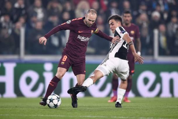 Iniesta e Dybala disputam bola | Foto: Daniele Badolato/Getty Images