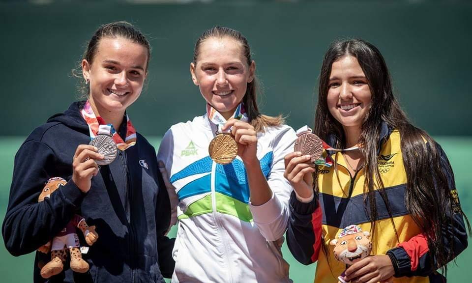 María Camila Osorio (der) con la medalla de bronce en los Juegos Olímpicos de la juventud en 2018. Imagen: canaltenis.com