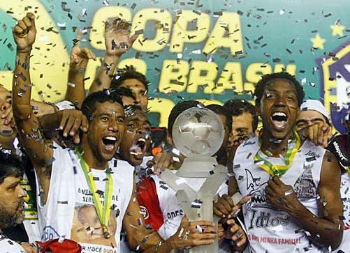 Nomes importantes do bi da Copa do Brasil, Léo Moura e Renato Abreu erguem a taça após vitória diante do Vasco (Foto: Divulgação)