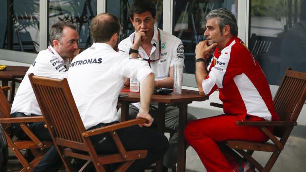 Reunión de jefes de equipo durante un GP. Fuente: SkySports