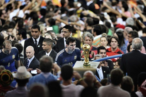 The image of Lionel Messi staring at the World Cup is one of the more iconic photos in sports history (Bao Tailiang, Chengdu Economic Daily)