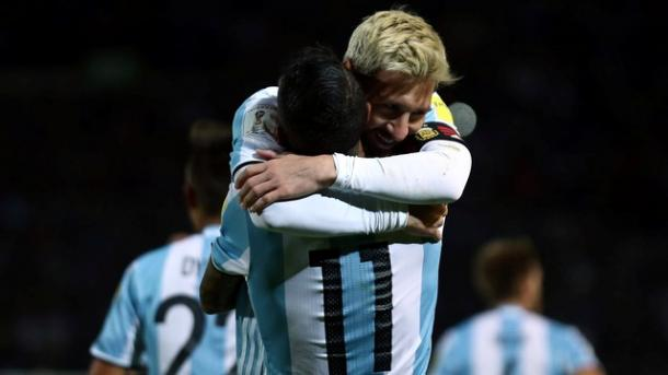Messi abraça Di María após comemoração do gol (Foto: Reuters)
