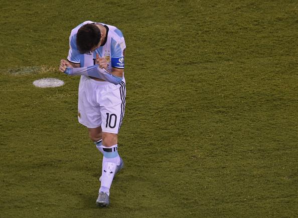 A dor do melhor do mundo: Messi perdeu seu pênalti e segue sem títulos pela Argentina (Foto: Getty Images)