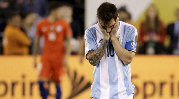 Messi desolado após mais um vice da Argentina (Foto: AP)