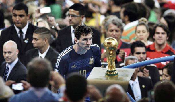 Messi mirando una Copa del Mundo esquiva, una imagen que recorrió el mundo | Foto: Getty.