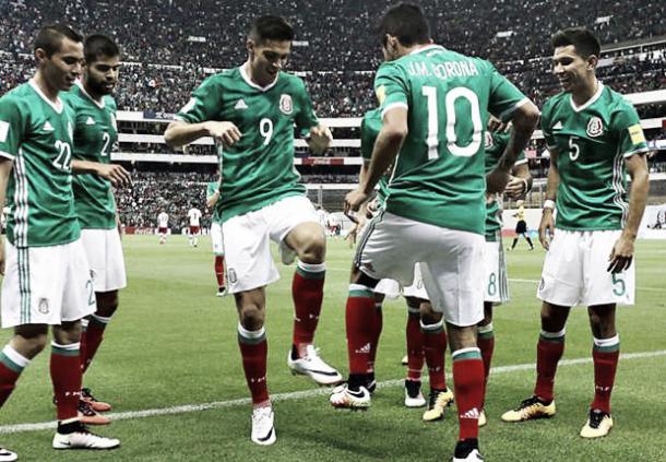 Los jugadores de la selección mexicana celebran un gol