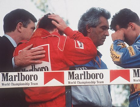 Michael, lamentando las muertes de Senna y Ratzenberger en Imola 1994 / Fuente: Getty Images