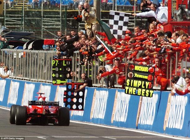 Scuderia Ferrari celebrando con Michael su 7º título Mundial en Bélgica 2004 / Fuente: AFP