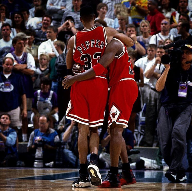 Michael Jordan, enfermo, se apoya en Scottie Pippen tras decidir el quinto partido de las finales de 1997 | Foto: NBA