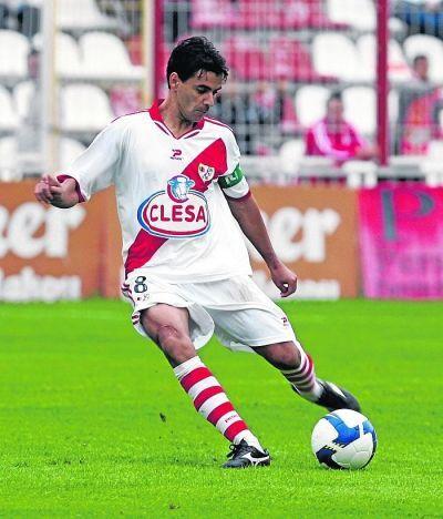Míchel, durante un partido como capitán. Foto: Rayo Vallecano