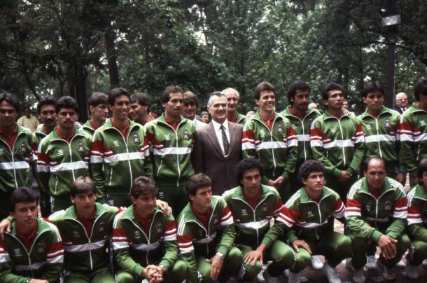 La Selección Mexicana de Fútbol con el presidente Miguel de la Madrid en México 1986   Foto: FMF