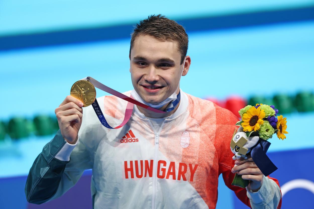Milak posa con su medalla de oro / Fuente: FINA